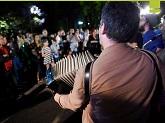 Hombre tocando acordeón entre el público